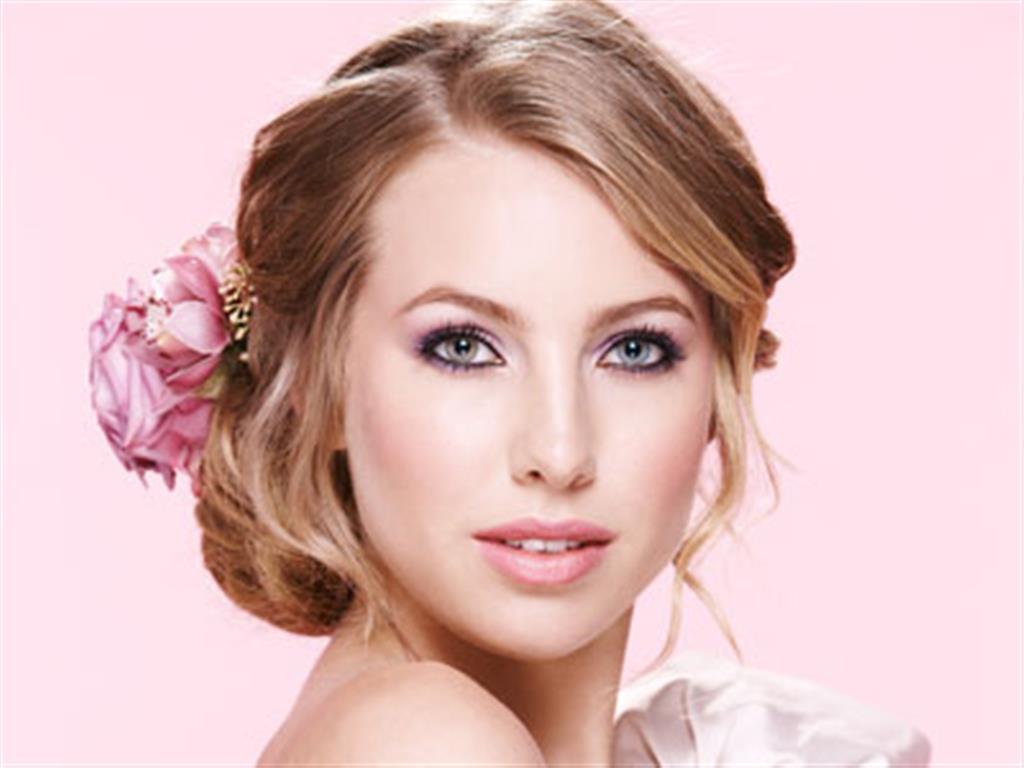 -24h chuyên dịch vụ cưới hỏi: trang trí nhà đám cưới hỏi, nhà hàng tiệc cưới, nhân sự bưng mâm quả, cổng hoa, xe hoa, cắt dán chữ và tin tức cưới hỏi: đám cưới sao, lập kế hoạch cưới, làm đẹp ngày cưới- Cô dâu lãng mạn với tóc cài hoa hồng