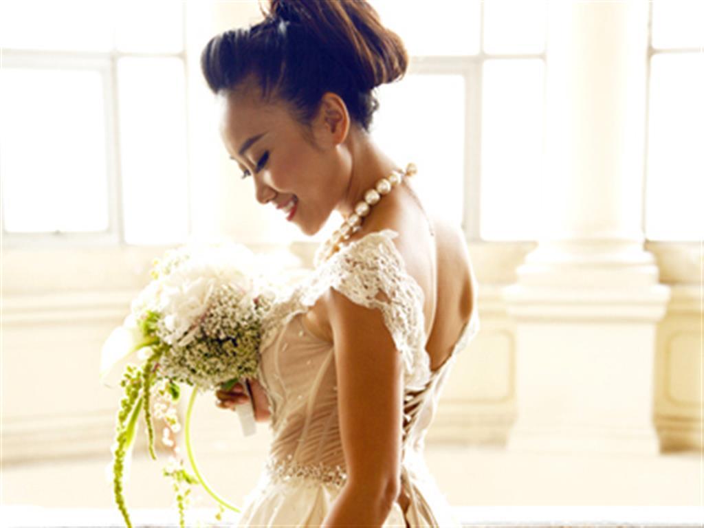 -24h chuyên dịch vụ cưới hỏi: trang trí nhà đám cưới hỏi, nhà hàng tiệc cưới, nhân sự bưng mâm quả, cổng hoa, xe hoa, cắt dán chữ và tin tức cưới hỏi: đám cưới sao, lập kế hoạch cưới, làm đẹp ngày cưới- Hai mẫu váy cưới của Đoan Trang