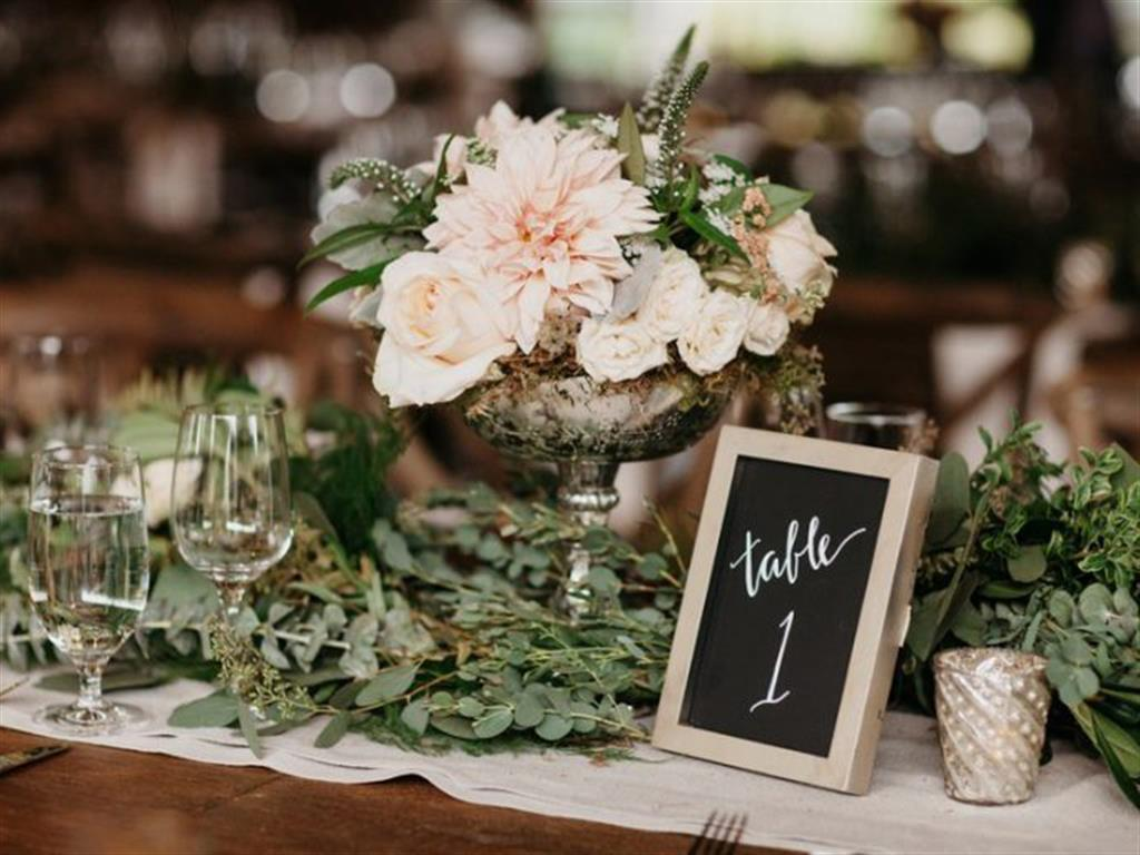 """-24h chuyên dịch vụ cưới hỏi: trang trí nhà đám cưới hỏi, nhà hàng tiệc cưới, nhân sự bưng mâm quả, cổng hoa, xe hoa, cắt dán chữ và tin tức cưới hỏi: đám cưới sao, lập kế hoạch cưới, làm đẹp ngày cưới- Trang trí bàn tiệc cưới với hoa cỏ mùa Hè đẹp như """"Cổ tích"""""""