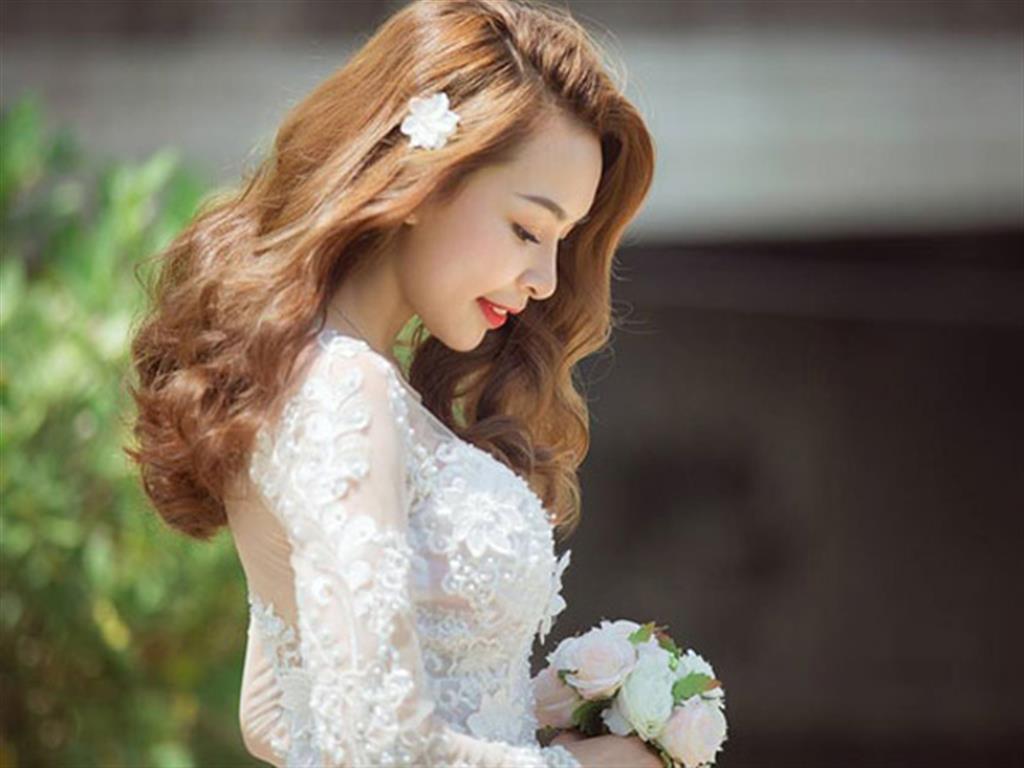 """-24h chuyên dịch vụ cưới hỏi: trang trí nhà đám cưới hỏi, nhà hàng tiệc cưới, nhân sự bưng mâm quả, cổng hoa, xe hoa, cắt dán chữ và tin tức cưới hỏi: đám cưới sao, lập kế hoạch cưới, làm đẹp ngày cưới- 5 kiểu tóc ngang lưng uốn đuôi """"quốc dân"""" cô dâu nào cũng nên thử"""