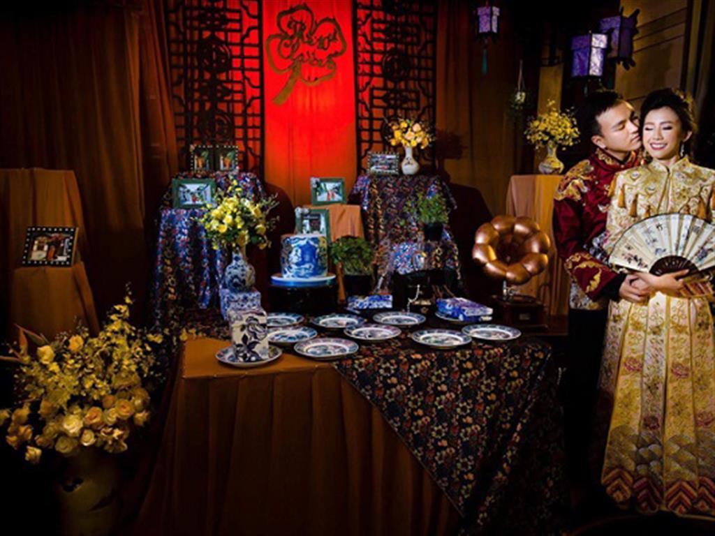 """-24h chuyên dịch vụ cưới hỏi: trang trí nhà đám cưới hỏi, nhà hàng tiệc cưới, nhân sự bưng mâm quả, cổng hoa, xe hoa, cắt dán chữ và tin tức cưới hỏi: đám cưới sao, lập kế hoạch cưới, làm đẹp ngày cưới- Đám cưới người Hoa """"độc nhất vô nhị"""" của đôi uyên ương Việt"""