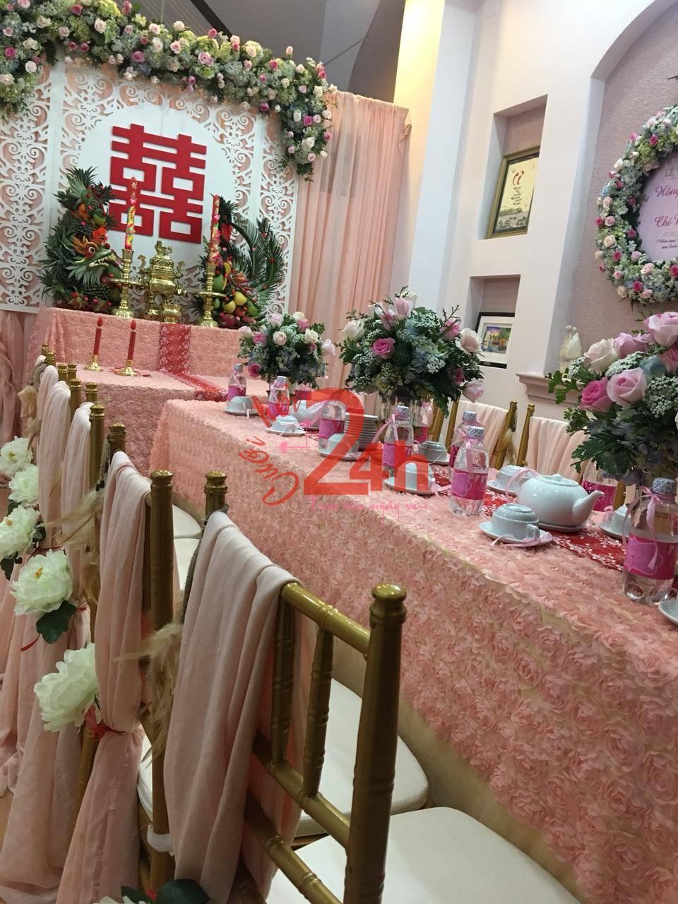 Dịch vụ cưới hỏi 24h trọn vẹn ngày vui chuyên trang trí nhà đám cưới hỏi và nhà hàng tiệc cưới | Bàn hai họ trưng bày các bình hoa cắm hoa cẩm tú cầu và hoa hồng dịu dàng
