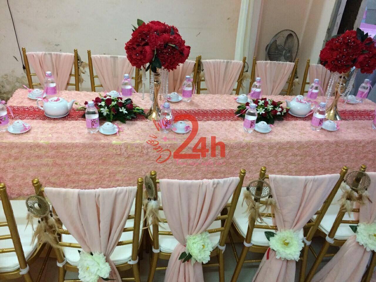 Dịch vụ cưới hỏi 24h trọn vẹn ngày vui chuyên trang trí nhà đám cưới hỏi và nhà hàng tiệc cưới | Bình hoa hồng đỏ để trên bàn hai họ trông rất đẹp