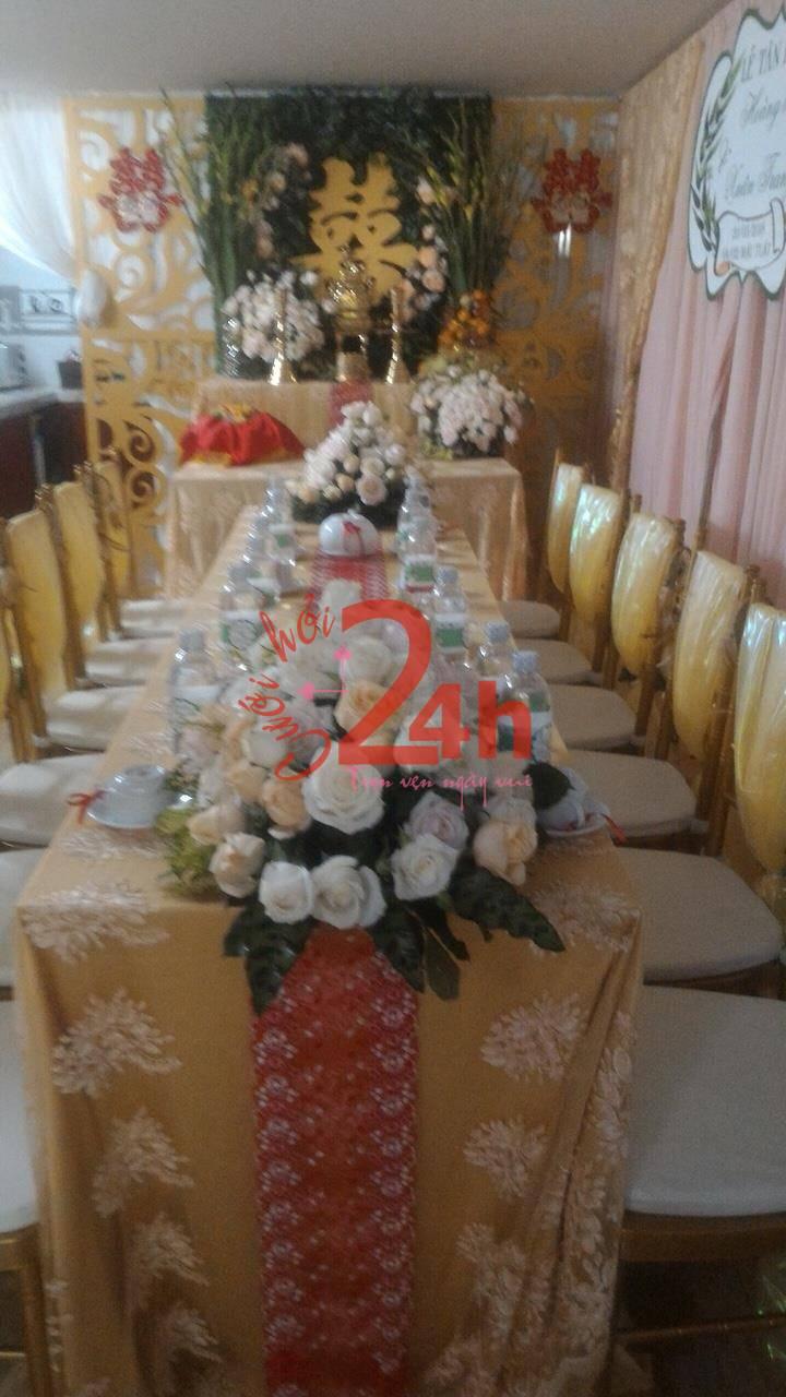 Dịch vụ cưới hỏi 24h trọn vẹn ngày vui chuyên trang trí nhà đám cưới hỏi và nhà hàng tiệc cưới | Các cụm hoa hồng được kết thành bó tròn trên bàn hai họ