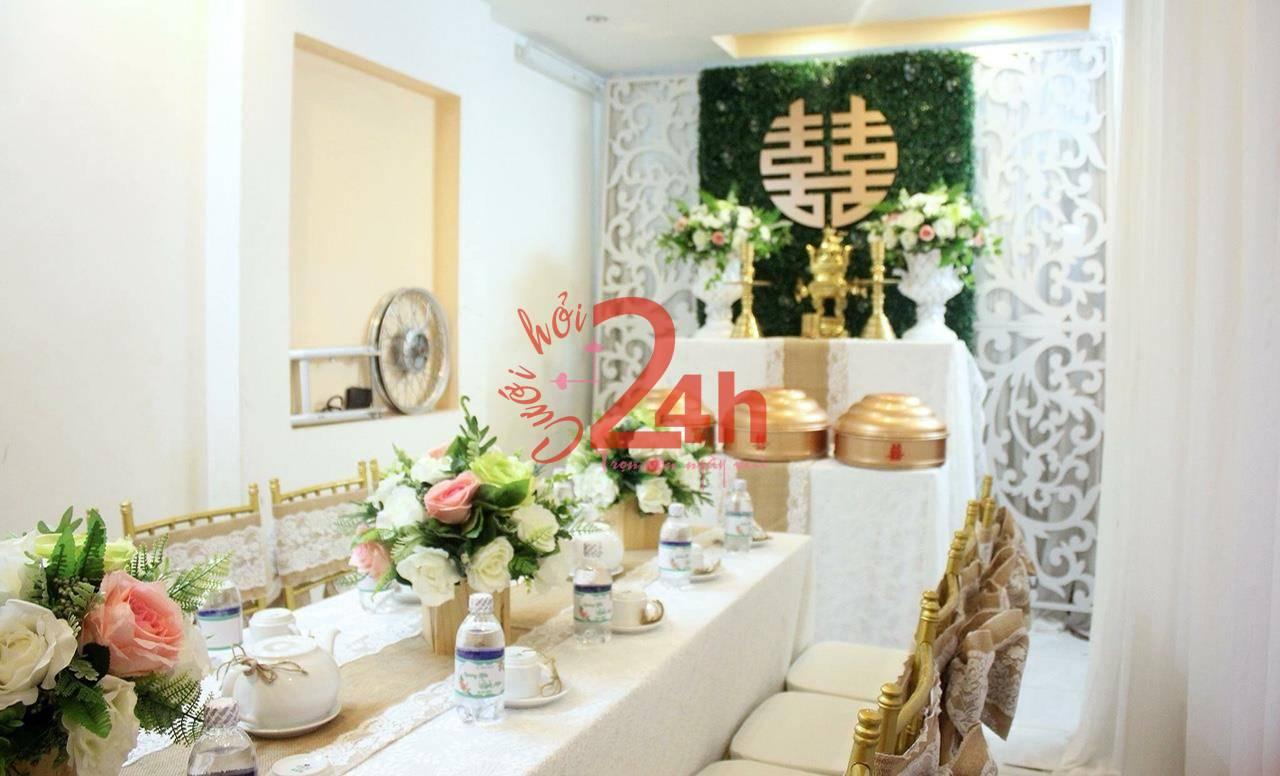 Dịch vụ cưới hỏi 24h trọn vẹn ngày vui chuyên trang trí nhà đám cưới hỏi và nhà hàng tiệc cưới | Các nụ hoa hồng to nhiều sắc màu được trang trí trên bàn hai họ
