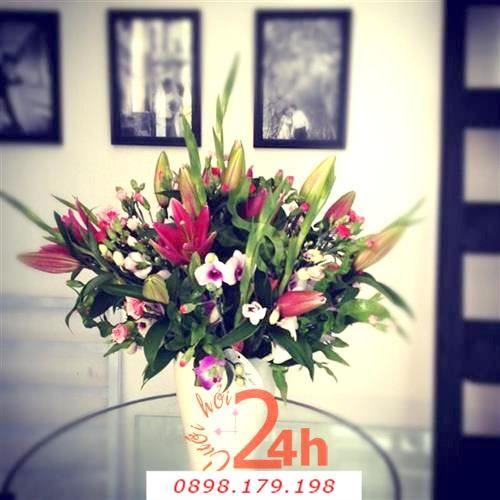 Dịch vụ cưới hỏi 24h trọn vẹn ngày vui chuyên trang trí nhà đám cưới hỏi và nhà hàng tiệc cưới | Hoa để bàn với bình sứ trắng