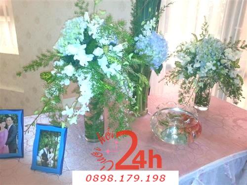 Dịch vụ cưới hỏi 24h trọn vẹn ngày vui chuyên trang trí nhà đám cưới hỏi và nhà hàng tiệc cưới | Hoa để bàn tông trắng với ly thủy tinh cao