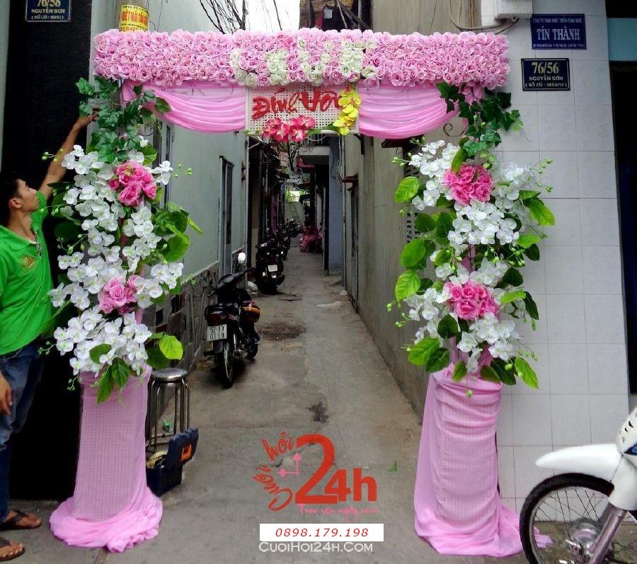 Dịch vụ cưới hỏi 24h trọn vẹn ngày vui chuyên trang trí nhà đám cưới hỏi và nhà hàng tiệc cưới | Cổng hoa vải tông hồng với hoa trắng và hồng