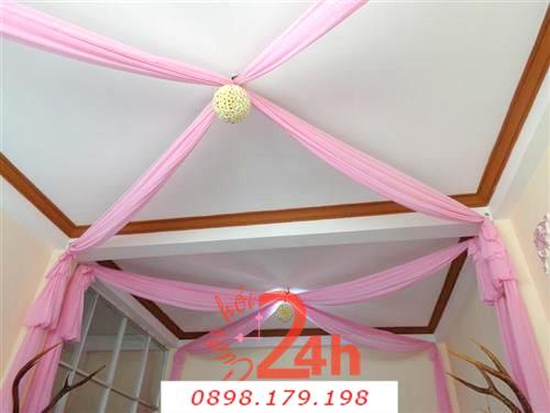 Dịch vụ cưới hỏi 24h trọn vẹn ngày vui chuyên trang trí nhà đám cưới hỏi và nhà hàng tiệc cưới | Trang trí trái châu màu trắng với ren tông hồng
