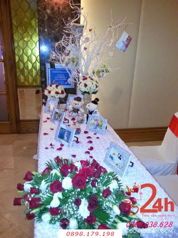 Dịch vụ cưới hỏi 24h trọn vẹn ngày vui chuyên trang trí nhà đám cưới hỏi và nhà hàng tiệc cưới | Trang trí bàn ký tên gallery với cây khô trang trí, khung ảnh và hoa tươi để bàn