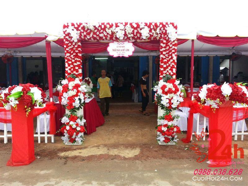 Dịch vụ cưới hỏi 24h trọn vẹn ngày vui chuyên trang trí nhà đám cưới hỏi và nhà hàng tiệc cưới | Cổng cưới trắng đỏ hình chữ nhật đứng kèm cổng phụ rực rỡ