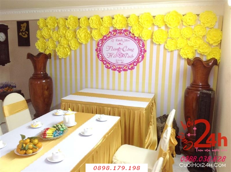 Dịch vụ cưới hỏi 24h trọn vẹn ngày vui chuyên trang trí nhà đám cưới hỏi và nhà hàng tiệc cưới | Trang trí phông ăn hỏi đẹp với hoa giấy màu vàng cho lễ đính hôn