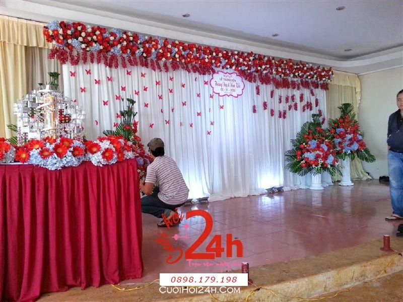 Dịch vụ cưới hỏi 24h trọn vẹn ngày vui chuyên trang trí nhà đám cưới hỏi và nhà hàng tiệc cưới | Trang trí sân khấu tiệc cưới tươi đẹp với voan, hoa đồng tiền, cẩm tú cầu và cánh bướm