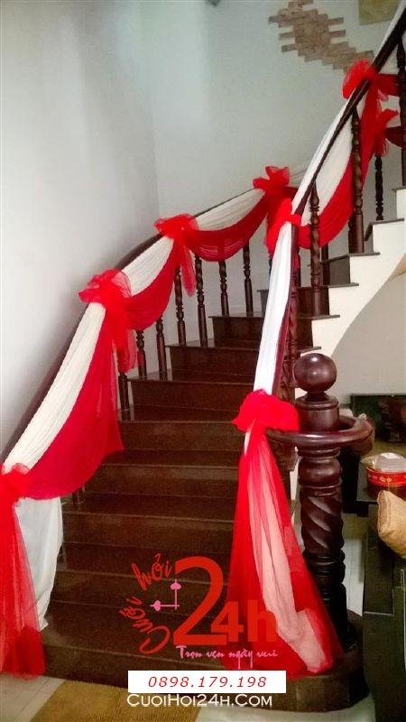 Dịch vụ cưới hỏi 24h trọn vẹn ngày vui chuyên trang trí nhà đám cưới hỏi và nhà hàng tiệc cưới | Trang trí cầu thang nhà cưới với voan trắng đỏ tươi thắm