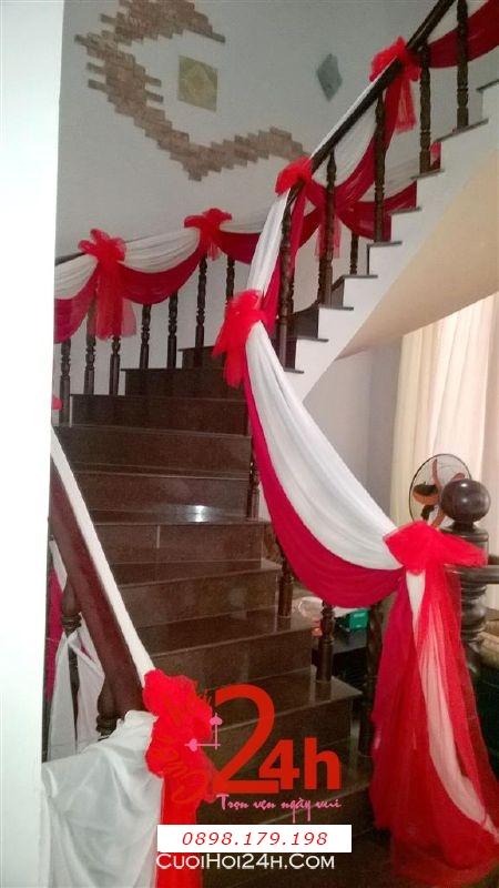Dịch vụ cưới hỏi 24h trọn vẹn ngày vui chuyên trang trí nhà đám cưới hỏi và nhà hàng tiệc cưới | Trang trí cầu thang nhà đám cưới với voan trắng đỏ