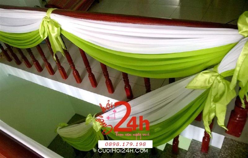 Dịch vụ cưới hỏi 24h trọn vẹn ngày vui chuyên trang trí nhà đám cưới hỏi và nhà hàng tiệc cưới | Trang trí cầu thang nhà đám cưới với voan trắng xanh lá