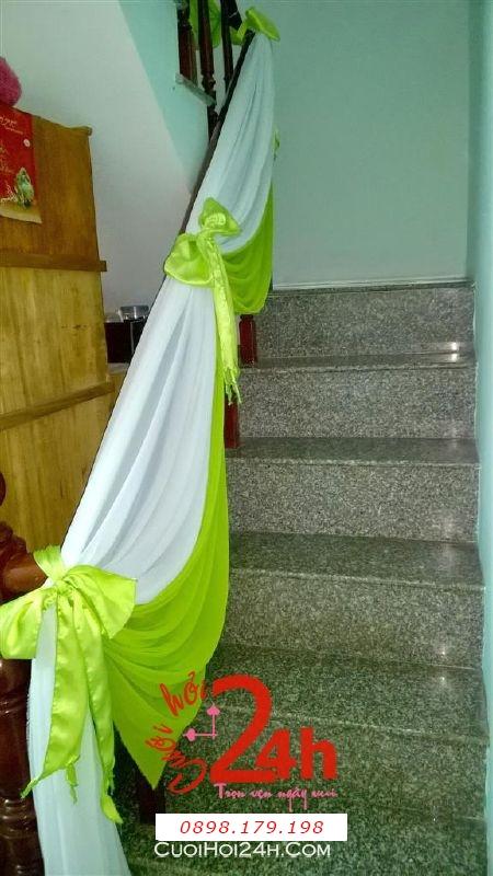 Dịch vụ cưới hỏi 24h trọn vẹn ngày vui chuyên trang trí nhà đám cưới hỏi và nhà hàng tiệc cưới | Trang trí cầu thang nhà cưới với voan trắng xanh lá