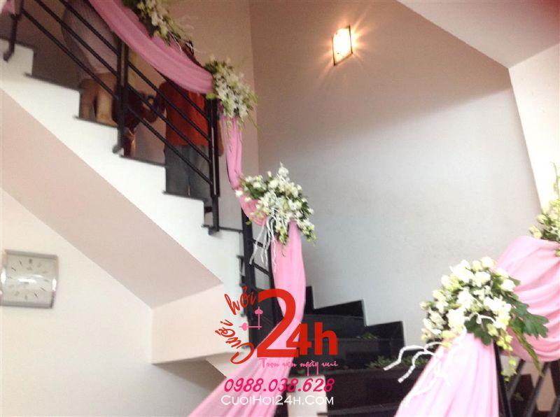 Dịch vụ cưới hỏi 24h trọn vẹn ngày vui chuyên trang trí nhà đám cưới hỏi và nhà hàng tiệc cưới | Trang trí cầu thang nhà cưới với voan màu hồng phấn và hoa tươi