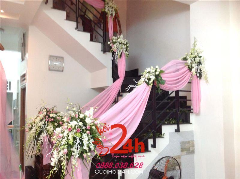 Dịch vụ cưới hỏi 24h trọn vẹn ngày vui chuyên trang trí nhà đám cưới hỏi và nhà hàng tiệc cưới | Trang trí cầu thang nhà cưới trắng hồng với voan, hồng và phong lan