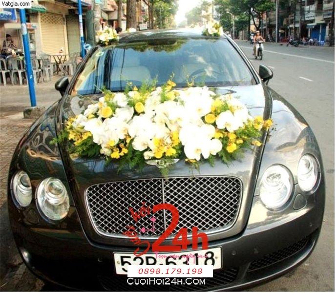 Dịch vụ cưới hỏi 24h trọn vẹn ngày vui chuyên trang trí nhà đám cưới hỏi và nhà hàng tiệc cưới | Xe cưới 4 chỗ màu đen kết hoa phong lan trắng vàng