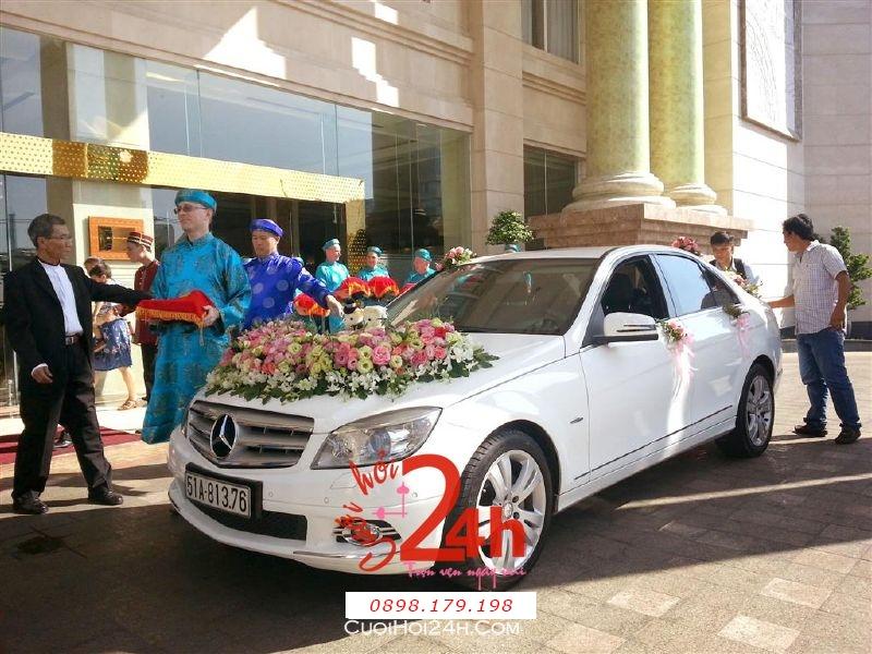 Dịch vụ cưới hỏi 24h trọn vẹn ngày vui chuyên trang trí nhà đám cưới hỏi và nhà hàng tiệc cưới | Xe cưới 4 chỗ màu trắng kết hoa tươi hồng, lan, cát tường