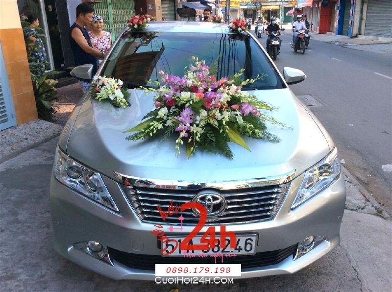 Dịch vụ cưới hỏi 24h trọn vẹn ngày vui chuyên trang trí nhà đám cưới hỏi và nhà hàng tiệc cưới | Xe cưới màu trắng bạc kết hoa phong lan trắng tím tươi tắn