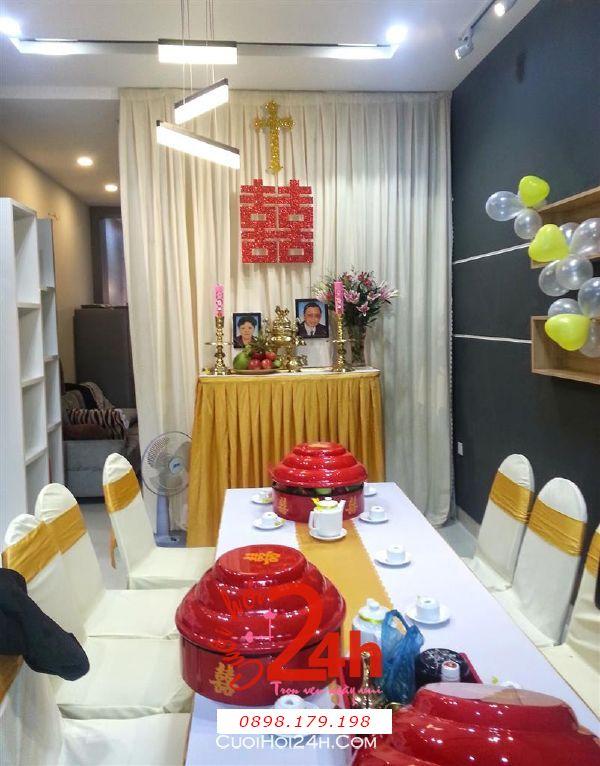 Dịch vụ cưới hỏi 24h trọn vẹn ngày vui chuyên trang trí nhà đám cưới hỏi và nhà hàng tiệc cưới | Trang trí nhà cưới tông vàng với bàn thờ thiên chúa