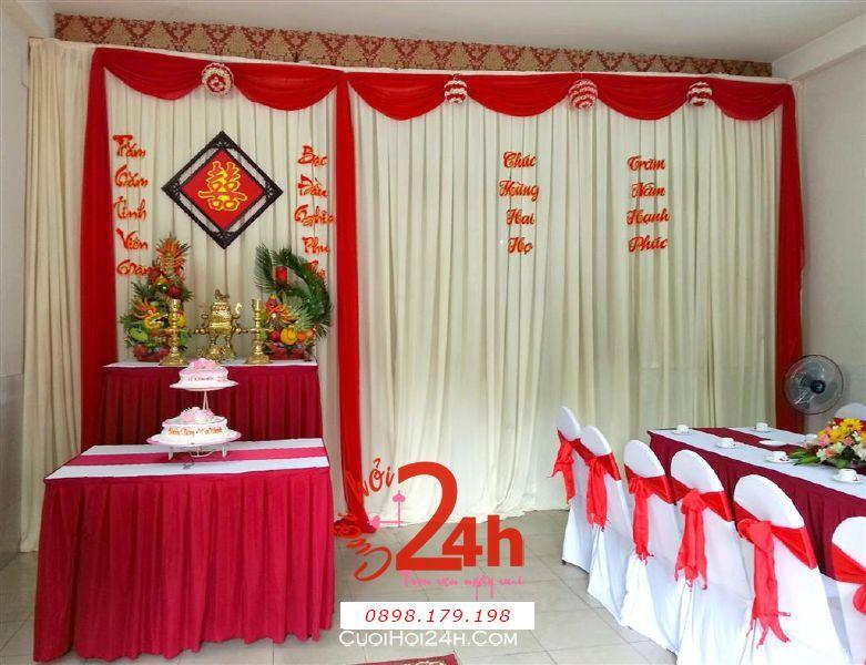 Dịch vụ cưới hỏi 24h trọn vẹn ngày vui chuyên trang trí nhà đám cưới hỏi và nhà hàng tiệc cưới | Trang trí nhà cưới tông màu kem đỏ với phông cưới đơn giản