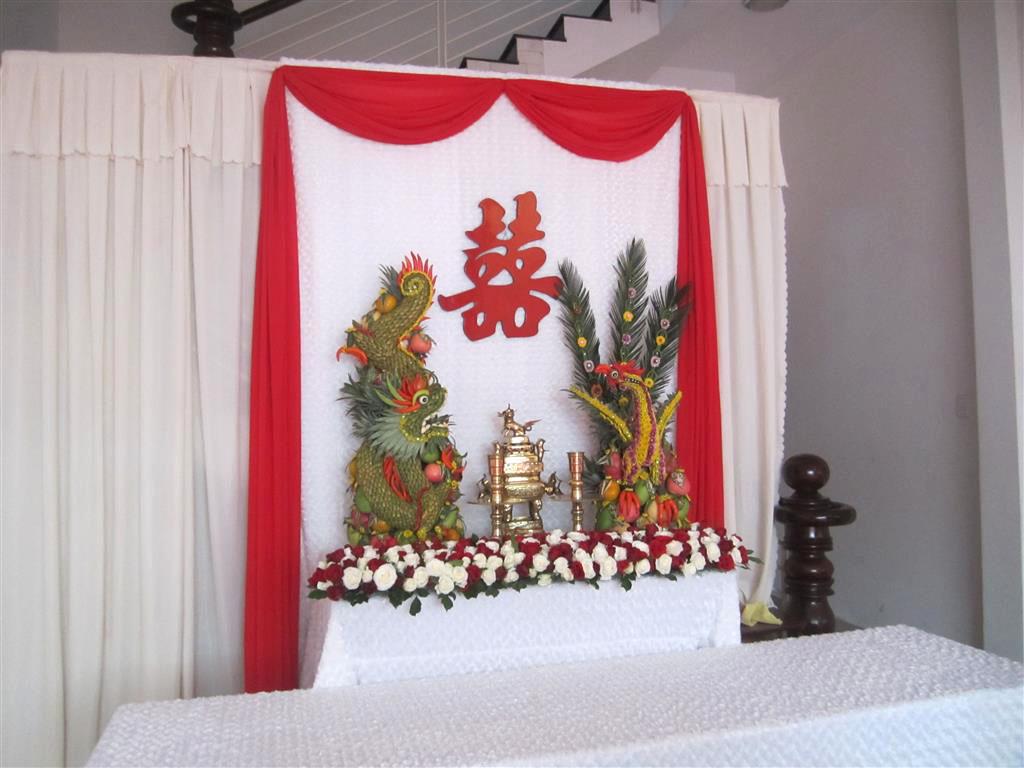 Dịch vụ cưới hỏi 24h trọn vẹn ngày vui chuyên trang trí nhà đám cưới hỏi và nhà hàng tiệc cưới | Trang trí bàn thờ gia tiên nền trắng với ren đỏ