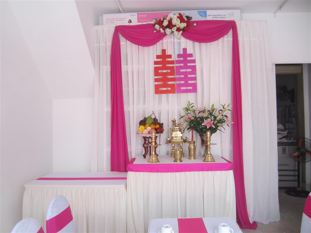 Dịch vụ cưới hỏi 24h trọn vẹn ngày vui chuyên trang trí nhà đám cưới hỏi và nhà hàng tiệc cưới | Trang trí bàn thờ gia tiên nền trắng với ren hồng dâu