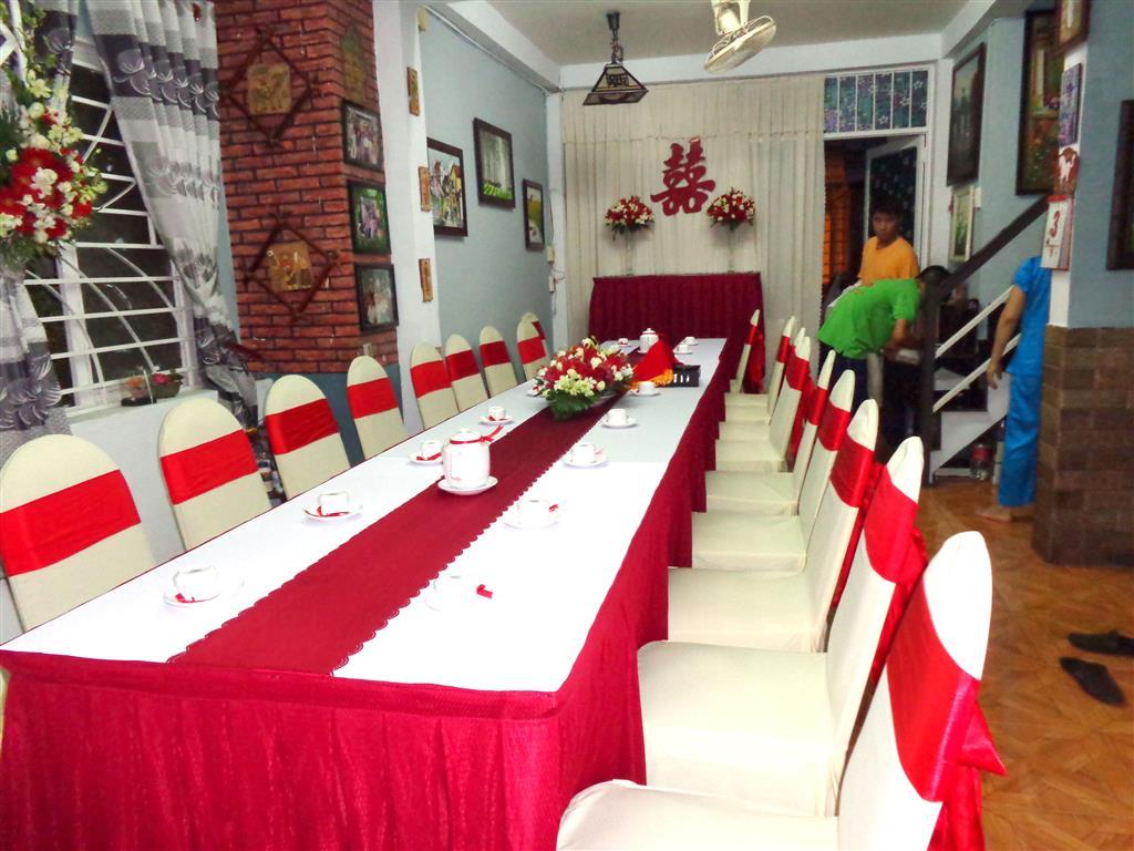 Dịch vụ cưới hỏi 24h trọn vẹn ngày vui chuyên trang trí nhà đám cưới hỏi và nhà hàng tiệc cưới | Trang trí nhà cưới tông đỏ trắng sang trọng với voan đỏ trắng
