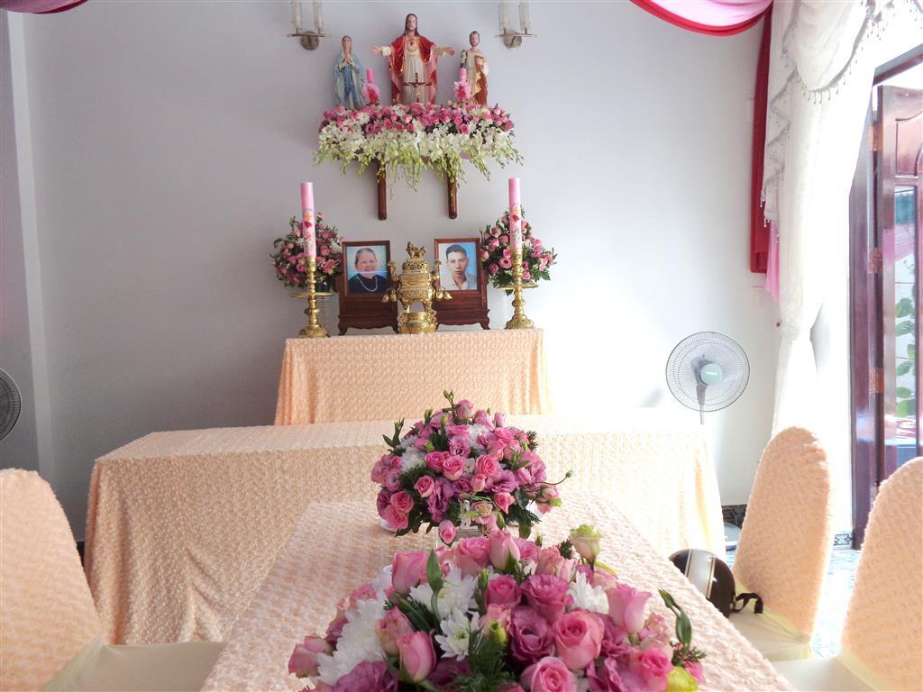 Dịch vụ cưới hỏi 24h trọn vẹn ngày vui chuyên trang trí nhà đám cưới hỏi và nhà hàng tiệc cưới | Trang trí nhà cưới tông kem với vải nhung cao cấp
