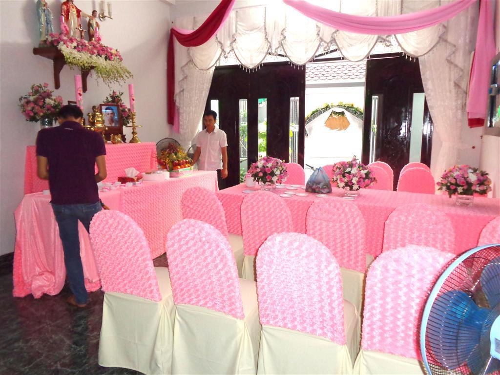 Dịch vụ cưới hỏi 24h trọn vẹn ngày vui chuyên trang trí nhà đám cưới hỏi và nhà hàng tiệc cưới | Trang trí nhà cưới tông màu hồng ngọt ngào với vải nhung