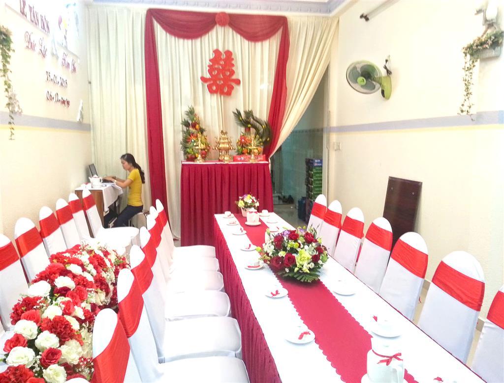 Dịch vụ cưới hỏi 24h trọn vẹn ngày vui chuyên trang trí nhà đám cưới hỏi và nhà hàng tiệc cưới | Trang trí nhà cưới với tông màu đỏ thắm