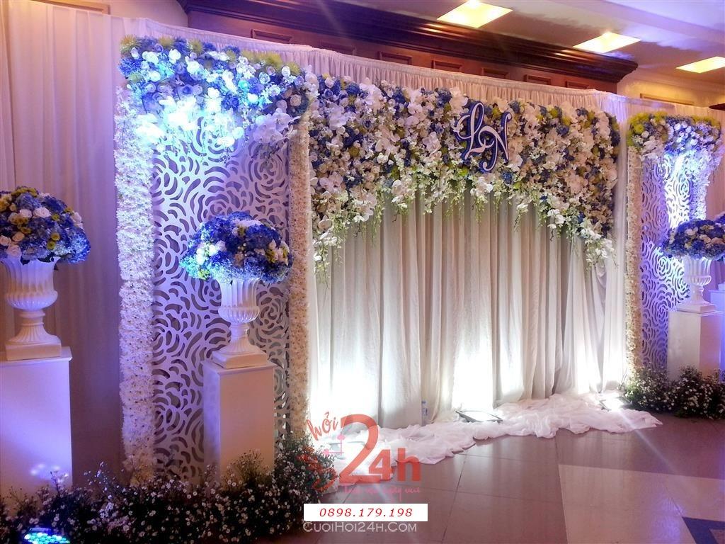 Dịch vụ cưới hỏi 24h trọn vẹn ngày vui chuyên trang trí nhà đám cưới hỏi và nhà hàng tiệc cưới | Backdrop hoa tươi tông trắng xanh đẹp lung linh cho tiệc ngày cưới trọng đại