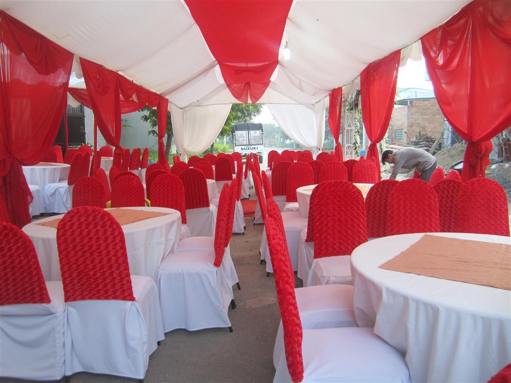 Dịch vụ cưới hỏi 24h trọn vẹn ngày vui chuyên trang trí nhà đám cưới hỏi và nhà hàng tiệc cưới | Bàn ghế đãi tiệc cưới áo ghế nhung sang trọng tông trắng đỏ