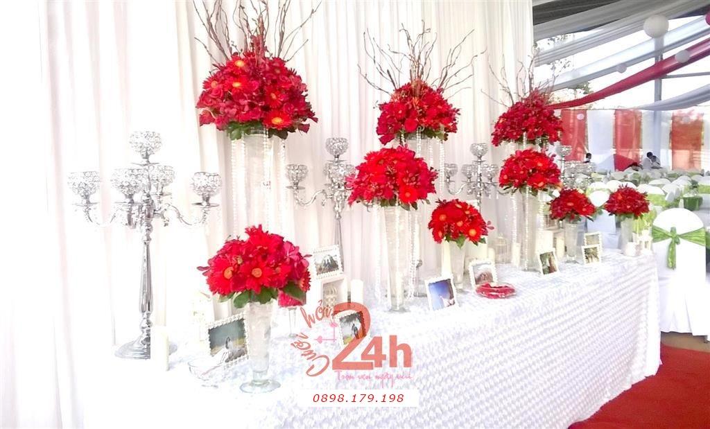 Dịch vụ cưới hỏi 24h trọn vẹn ngày vui chuyên trang trí nhà đám cưới hỏi và nhà hàng tiệc cưới | Bàn ký tên tông trắng đỏ với hoa tươi đồng tiền đẹp rực rỡ (1)
