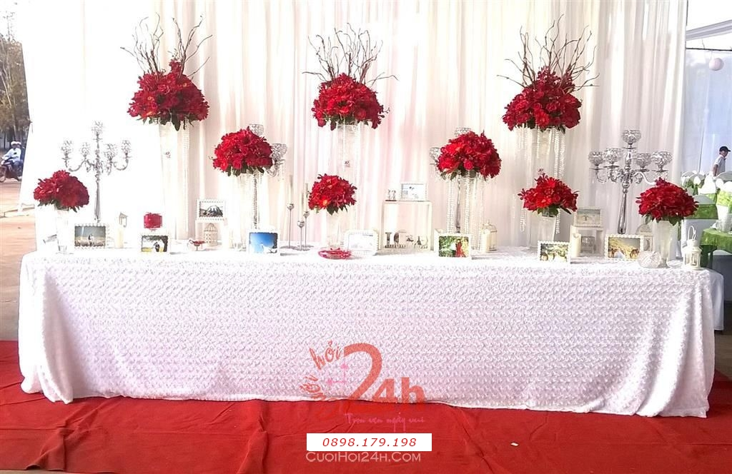 Dịch vụ cưới hỏi 24h trọn vẹn ngày vui chuyên trang trí nhà đám cưới hỏi và nhà hàng tiệc cưới | Bàn ký tên tông trắng đỏ với hoa tươi đồng tiền đẹp rực rỡ (2)