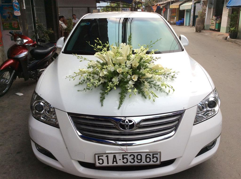 Dịch vụ cưới hỏi 24h trọn vẹn ngày vui chuyên trang trí nhà đám cưới hỏi và nhà hàng tiệc cưới | Cho cưới 4 chỗ tông trắng với hoa tươi loa kèn và phông lan