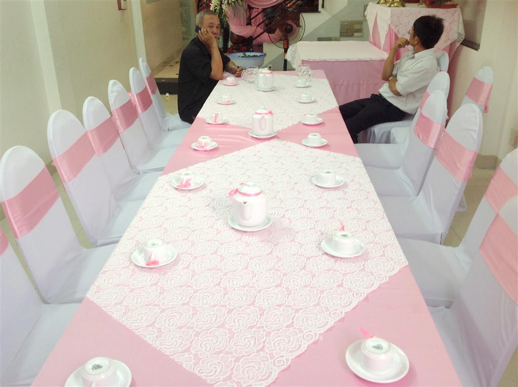 Dịch vụ cưới hỏi 24h trọn vẹn ngày vui chuyên trang trí nhà đám cưới hỏi và nhà hàng tiệc cưới | Cho thuê bàn ghế dựa lễ gia tiên tông nền trắng, nơ hồng đào