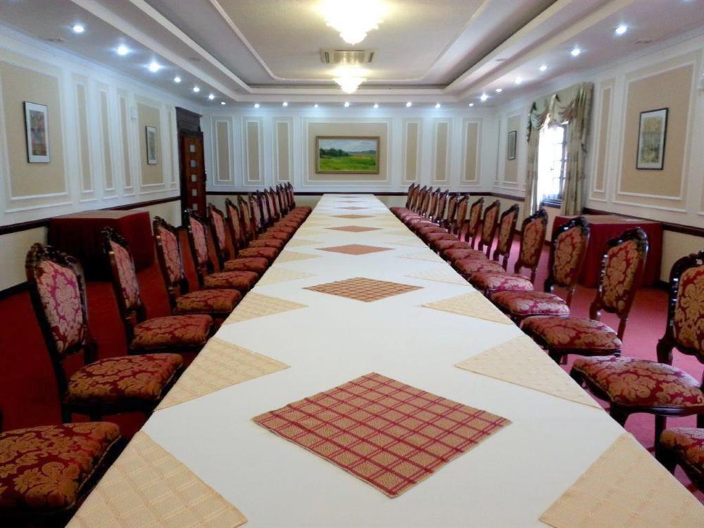 Dịch vụ cưới hỏi 24h trọn vẹn ngày vui chuyên trang trí nhà đám cưới hỏi và nhà hàng tiệc cưới | Cho thuê bàn hình chữ nhật ghế dựa cao cấp cho lễ cưới ở nhà hàng