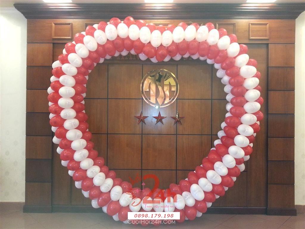 Dịch vụ cưới hỏi 24h trọn vẹn ngày vui chuyên trang trí nhà đám cưới hỏi và nhà hàng tiệc cưới | Cổng bong bóng trái tim màu đỏ trắng