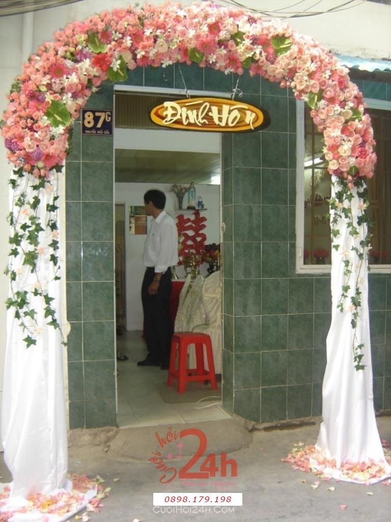 Dịch vụ cưới hỏi 24h trọn vẹn ngày vui chuyên trang trí nhà đám cưới hỏi và nhà hàng tiệc cưới | Cổng hoa tươi tông màu trắng
