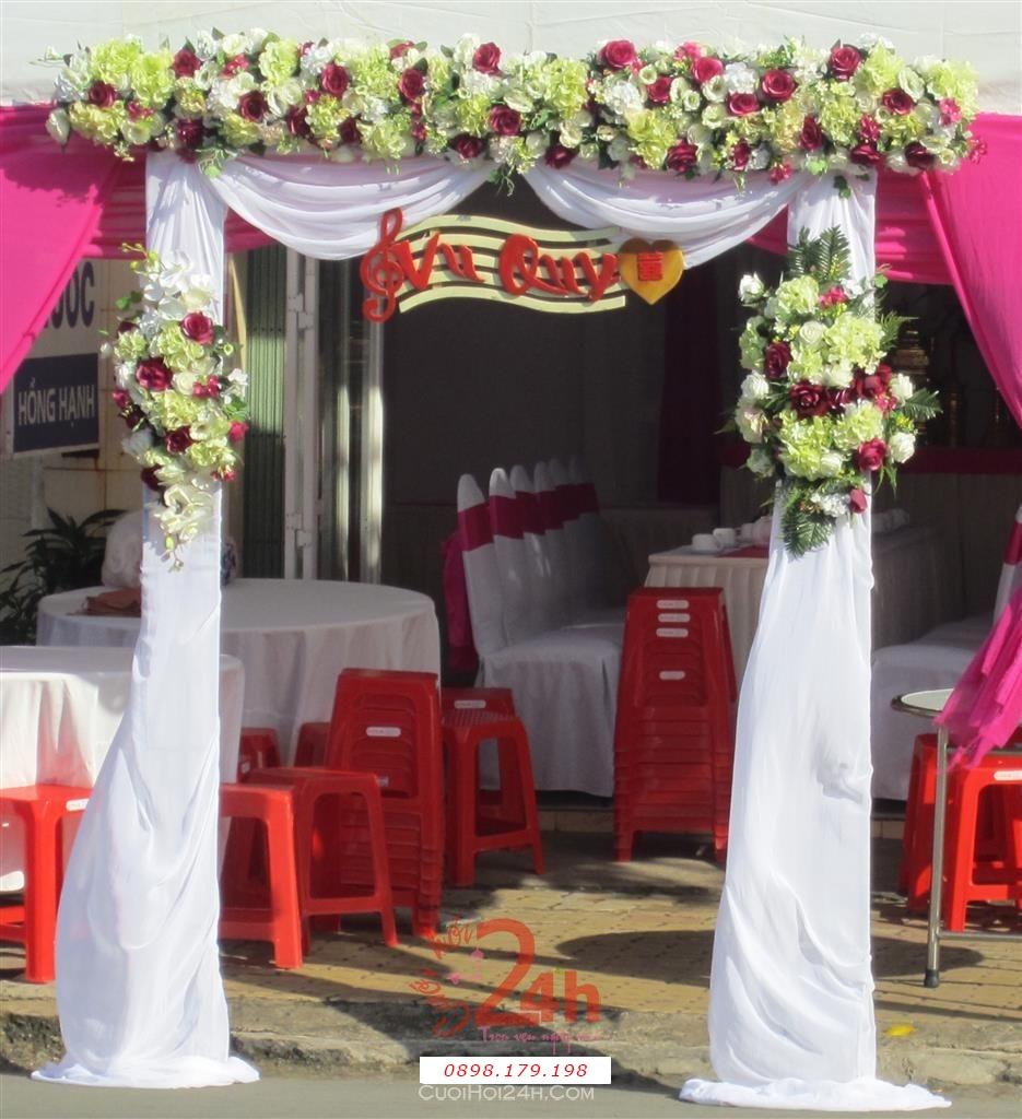 Dịch vụ cưới hỏi 24h trọn vẹn ngày vui chuyên trang trí nhà đám cưới hỏi và nhà hàng tiệc cưới | Cổng hoa vải hình chữ nhật tông trắng và hoa đủ màu