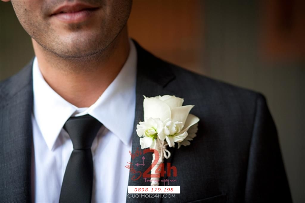 Dịch vụ cưới hỏi 24h trọn vẹn ngày vui chuyên trang trí nhà đám cưới hỏi và nhà hàng tiệc cưới | Hoa cài áo lịch lãm với vest
