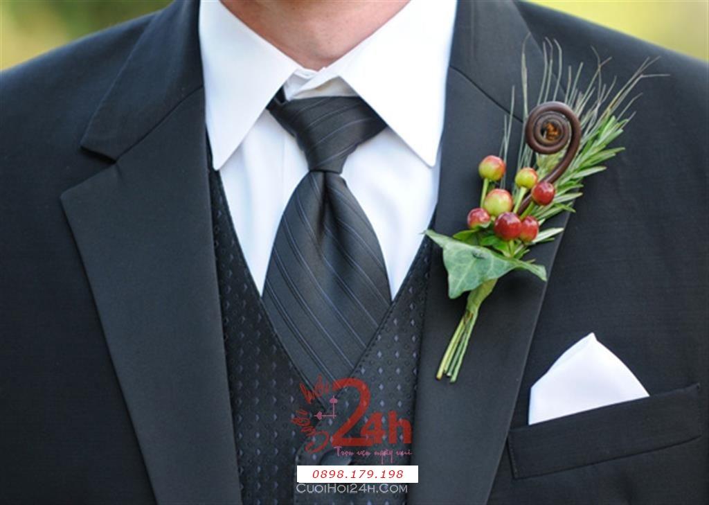 Dịch vụ cưới hỏi 24h trọn vẹn ngày vui chuyên trang trí nhà đám cưới hỏi và nhà hàng tiệc cưới | Hoa cài áo với hoa hồng nhạt trên vest xám