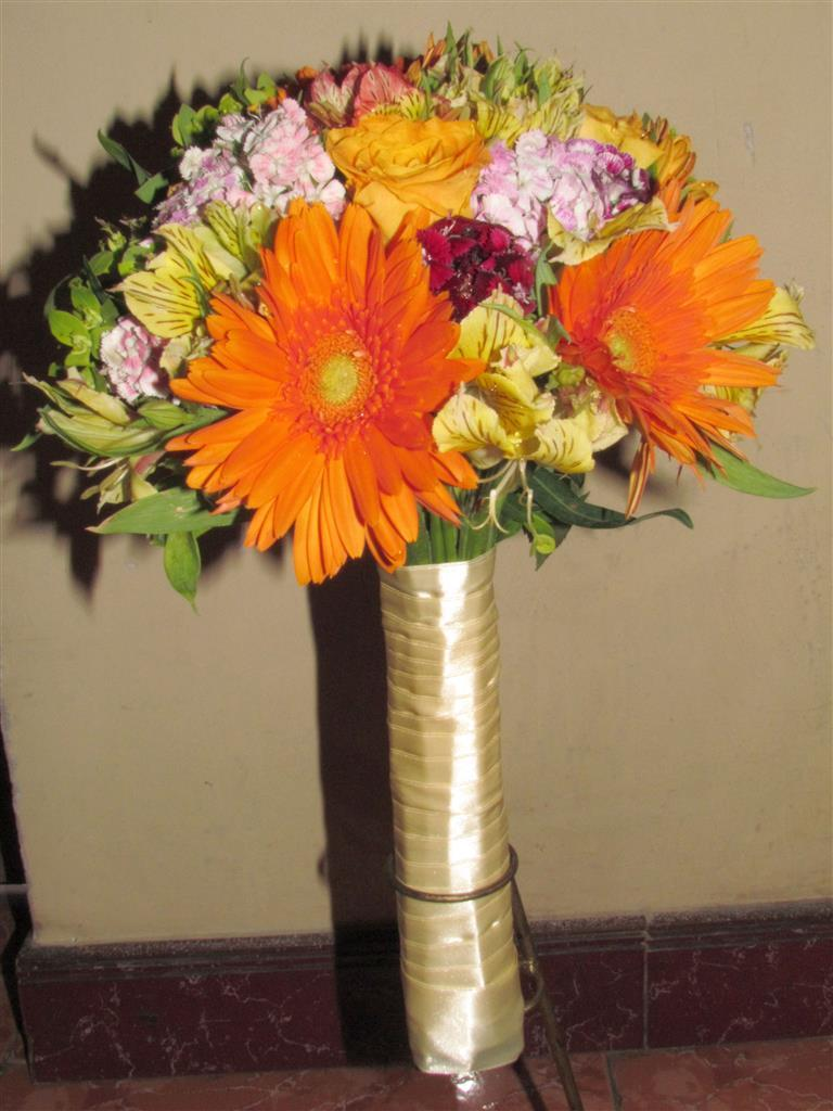 Dịch vụ cưới hỏi 24h trọn vẹn ngày vui chuyên trang trí nhà đám cưới hỏi và nhà hàng tiệc cưới | Hoa cúc đỏ với hoa hồng nhạt