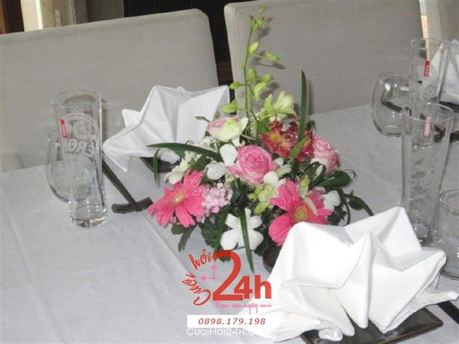 Dịch vụ cưới hỏi 24h trọn vẹn ngày vui chuyên trang trí nhà đám cưới hỏi và nhà hàng tiệc cưới | Hoa cúc đỏ với lan trắng