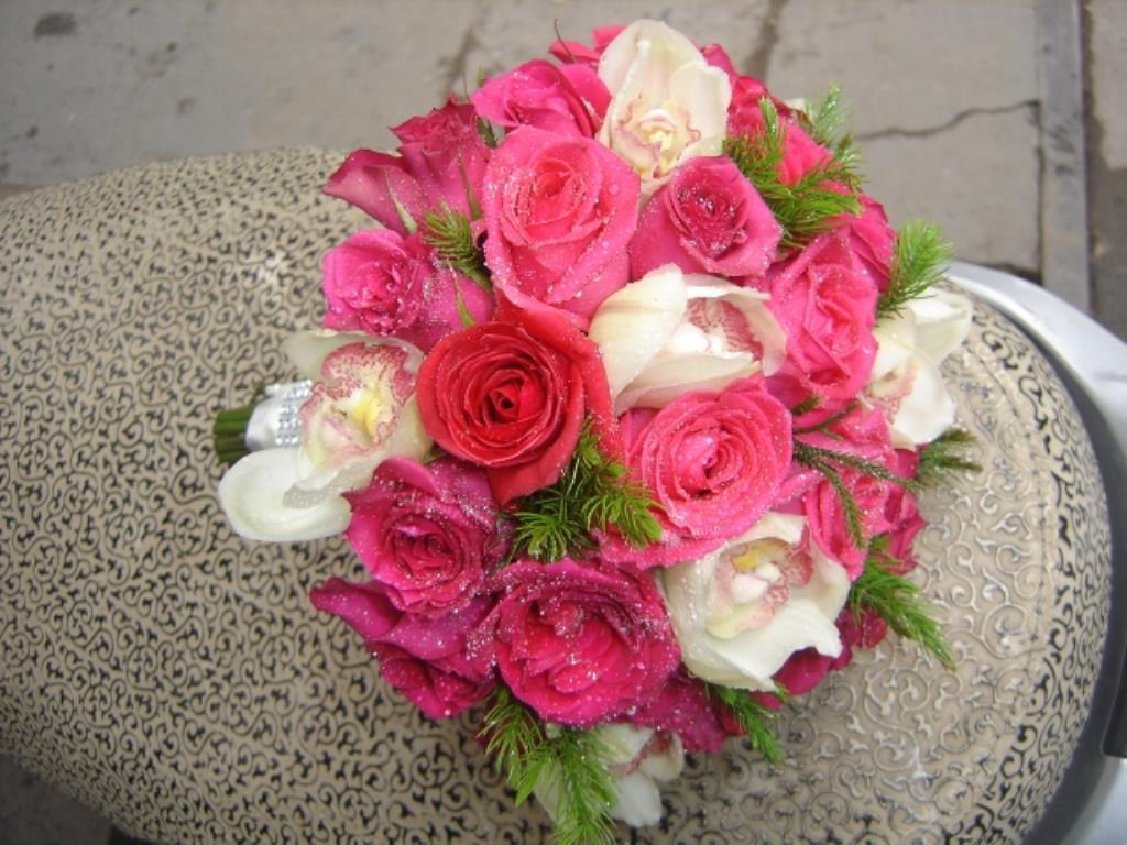 Dịch vụ cưới hỏi 24h trọn vẹn ngày vui chuyên trang trí nhà đám cưới hỏi và nhà hàng tiệc cưới | Hoa hồng đỏ với hoa hồng trắng bó tròn
