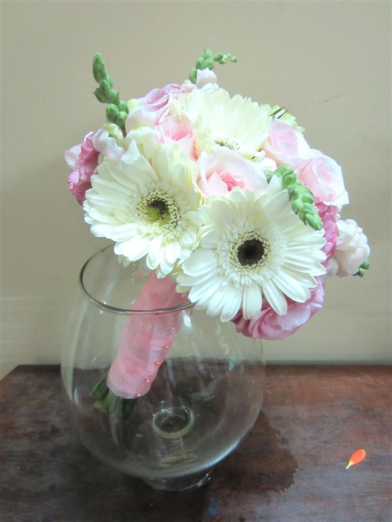 Dịch vụ cưới hỏi 24h trọn vẹn ngày vui chuyên trang trí nhà đám cưới hỏi và nhà hàng tiệc cưới | Hoa hồng nhạt và hoa cúc trắng